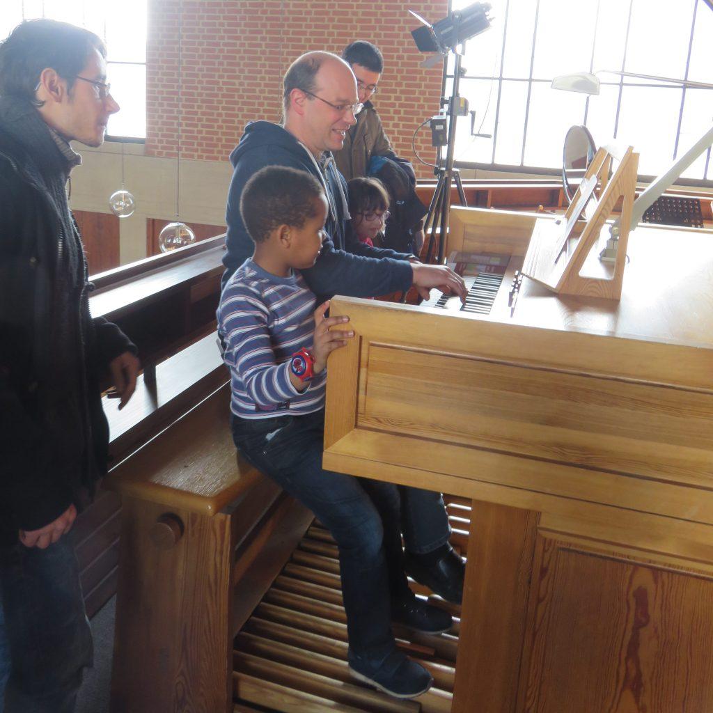 Pfarrer Lorenz spielt für uns auf der Orgel